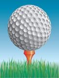 Golfball im Gras Stockfotografie