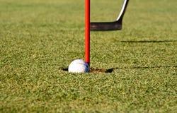 Golfball im Loch Stockfotos