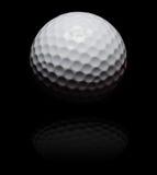 Golfball im Punkt auf Schwarzem Stockbild