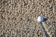 Golfball im Sand Lizenzfreies Stockbild