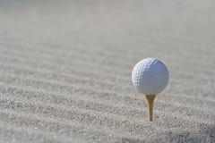 Golfball im Sand lizenzfreies stockfoto