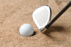 Golfball im Sandfang stockbild