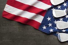 Golfball mit Flagge von USA auf schwarzem Hintergrund Stockfoto