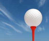 Golfball mit Himmel stockbild