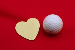 Golfball mit Liebesbrief auf weißem Hintergrund lizenzfreie stockbilder