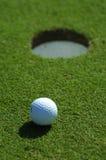 Golfball nah an dem Loch Stockfoto