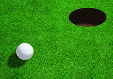 Golfball nah an Loch mit Kopien-Raum Lizenzfreie Stockfotografie