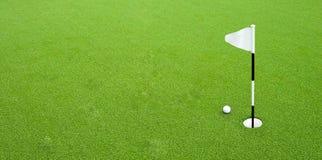 Golfball nahe dem Loch stockfotos