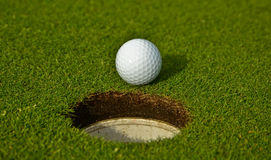 Golfball nahe dem Loch Lizenzfreies Stockfoto