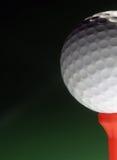 Golfball no T vermelho Imagens de Stock Royalty Free