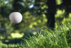 Golfball no vôo fotos de stock royalty free