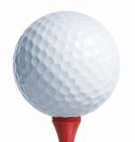 Golfball op rood T-stuk Stock Foto