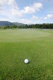 Golfball på gräs Royaltyfri Bild