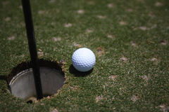 Golfball på gräsplanen 2 Arkivfoto