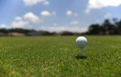 Golfball på utslagsplatsen Arkivbild