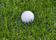 Golfball in rauem Stockfotos