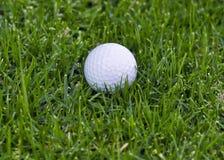 Golfball in rauem stockfotos