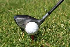 Golfball sul T e sul golfclub Fotografia Stock Libera da Diritti
