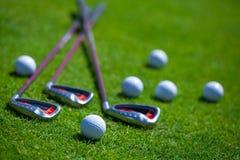 Golfball und Eisen stockfotos