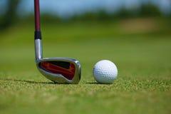 Golfball und Eisen lizenzfreie stockbilder