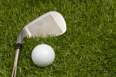 Golfball und Golfclub Stockfotos