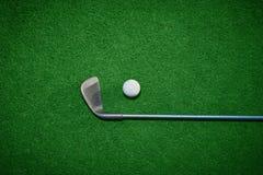 Golfball und Golfclub Stockfoto