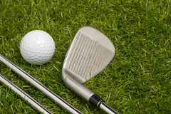 Golfball und Golfclubs Stockfotografie