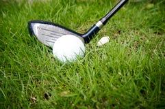 Golfball- und Hybridgolfclub Stockbild
