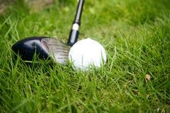 Golfball- und Hybridgolfclub Lizenzfreies Stockfoto