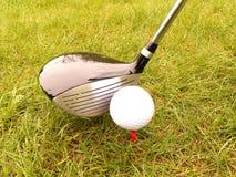Golfball und Steuerknüppel lizenzfreies stockbild