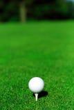 Golfball und T-Stück Lizenzfreie Stockfotos