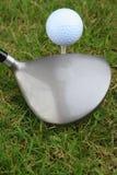 Golfball und Treiber oder ein Holz. Stockfoto
