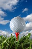 Golfball und Wolken Stockfotos