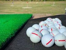 Golfballen bij het drijven van waaier klaar weg te raken royalty-vrije stock fotografie