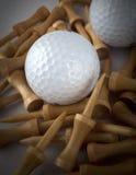 Golfballen met houten T-stukken Stock Foto