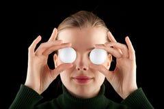 golfballs глаз передние она женщина владениями 2 Стоковые Фото