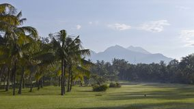 Golfbana för Gec Lombok, Rinjani berg, Indonesien arkivfoto