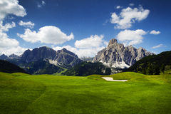 Golfbana i de italienska dolomitesna Royaltyfria Foton