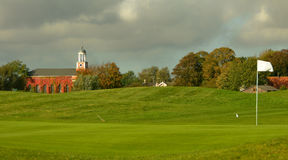 Golfbana med en kyrka Royaltyfria Foton