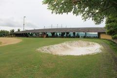 Golfbana med ett grönt gräs Royaltyfria Bilder