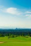 Golfbana med grönt gräs och Seattle som är i stadens centrum på Backgroen Royaltyfria Bilder