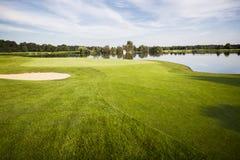 Golfbana med green. arkivbild