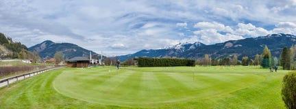 Golfbana med spelare royaltyfri foto