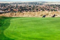 Golfbana med stadssikt Arkivbilder