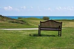 Golfbana nära stranden arkivfoton