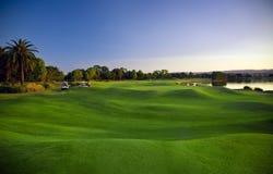 Golfbana och buggies Fotografering för Bildbyråer