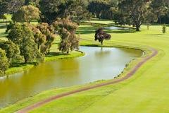Golfbana och damm Fotografering för Bildbyråer
