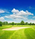Golfbana och härlig blå himmel field green arkivbild