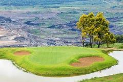 Golfbana och sjö på Mae Mo Mine Arkivbild