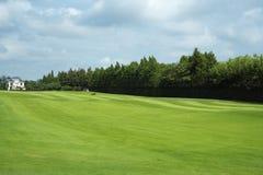 Golfbana och villa Arkivfoton
